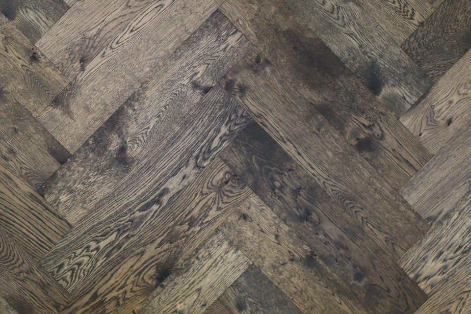 Huis vol zwart grijs en wit met visgraatvloer